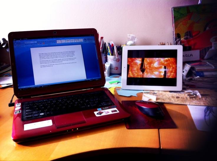 Mi ordenador...y mi Ipad...todo en marcha, todo funiconando y la foto hecha con el Iphone