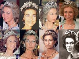 La tiara es sin duda para tapar lod cuernos..corramos una korina y que no se sepa nada