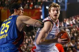 El defensor aguanta con el codo...Splitter le supera...baloncesto de interiores...MARAVILLOSO