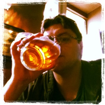 un servidor tomando la bebida ofical del pais...que rica esta la cerveza checa