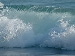 Fuente:sonriendoalmundo.blogspot.com  una ola traviesa qe quiere mojar los pies de mi princesa