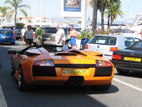 Este no lo vi...pero primos hermanos si, vaya carros que corren por puerto Banus