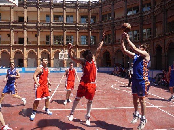 jugando a basket con Maristas Sant Joan...pista dura, algoque me provocaba dolor en el tobillo...pero..y lo bien que me lo pasaba que¿?