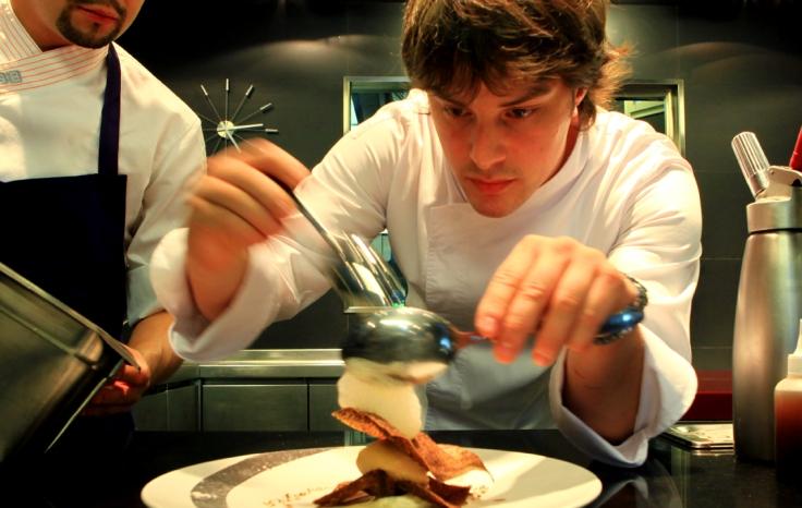 Jordi Cruz preparando un plato