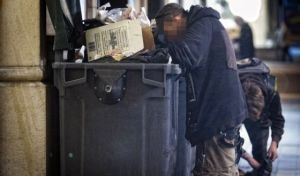 Entre todos, hemos de poder acabar con esta imagen, porque es una vergüenza que haya gente que tenga que rebuscar comida entre la basura.