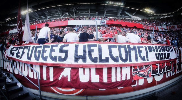 refugiats-estadi-futbol-pancarta_ARAIMA20150825_0127_5